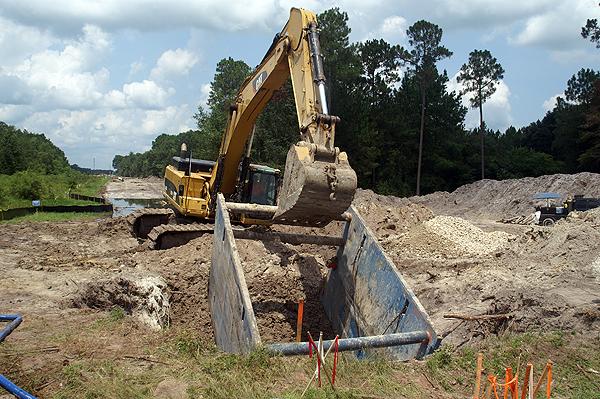 eae-excavator-moving-trench-box.-August-2010-147.jpg